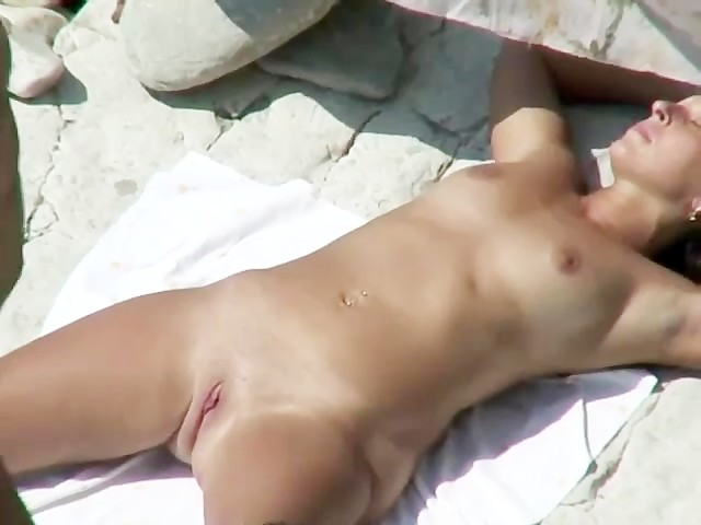 Kissing pussy on the beach